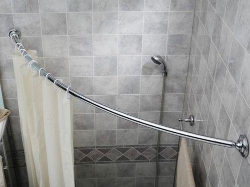 Благодаря многообразию форм можно подобрать штангу для угловой ванны