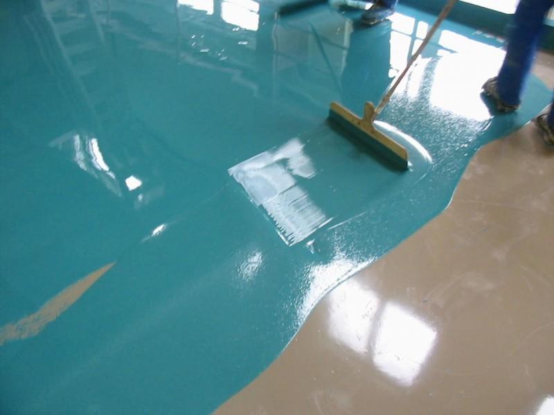 На фото как заливается наливной пол в ванной комнате