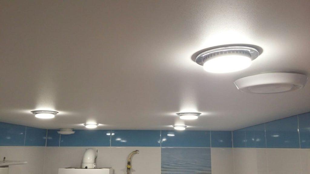 варианты комбинации верхней части комнаты с осветителями