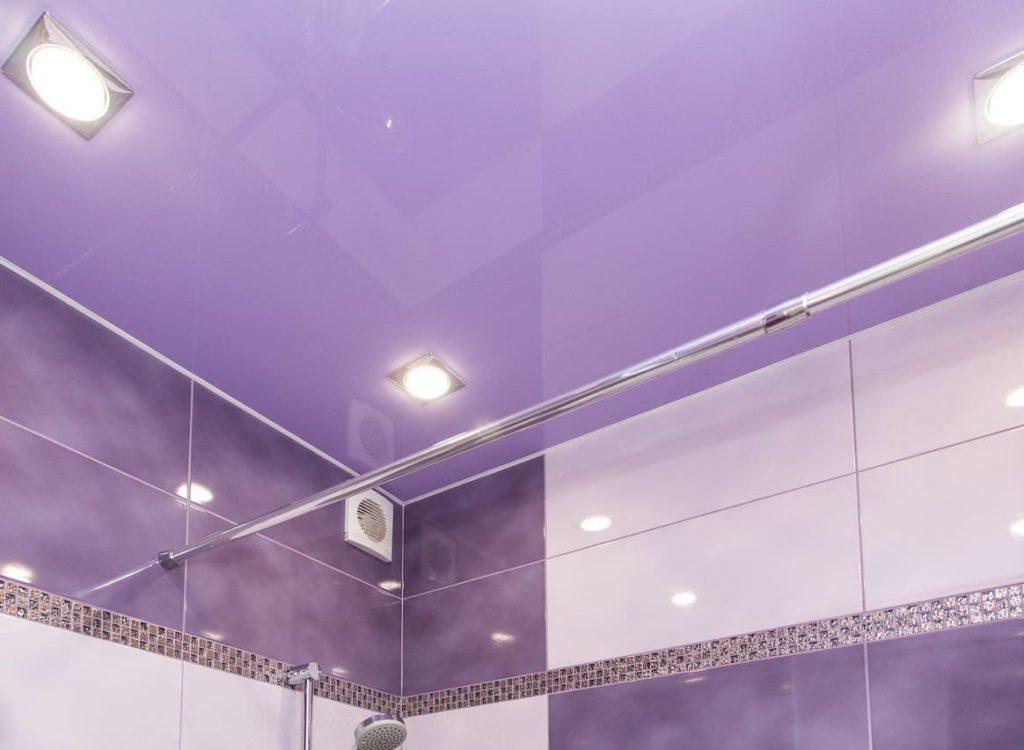 Отражение и игра света придают интерес дизайну ванной комнаты