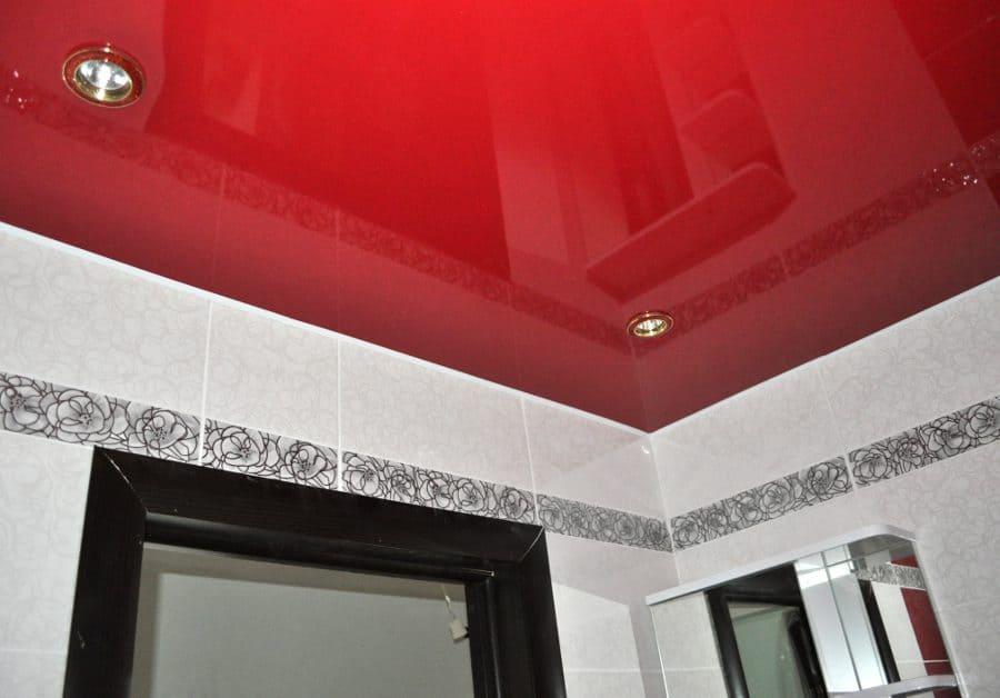 При хорошем сочетании с дизайном ванной однотонный потолок отлично впишется в интерьер