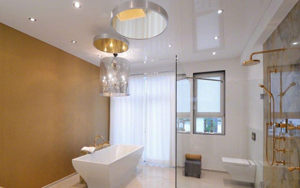 Для многих плюсы натяжного потолка в ванной перевешивают минусы.