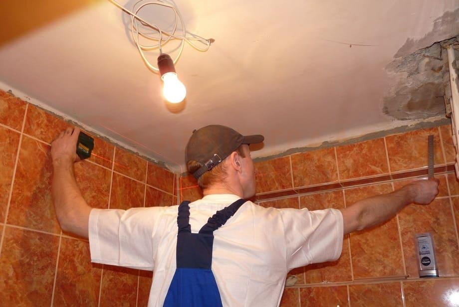 Хороший специалист за один день сможет растянуть потолок в стандартной ванной.