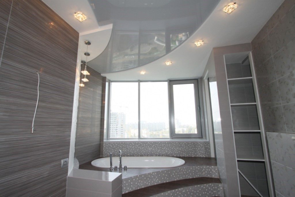 Фото двухуровневого потолка в ванной комнате