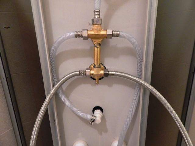 В гидробоксе должны находиться подготовленные выводы для скрепления с трубами, идущими от водорозеток