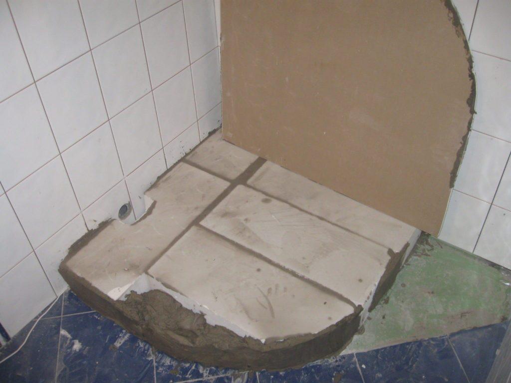 Из кирпича или из бетона устанавливается подиум, который потом откладывается облицовочным материалом