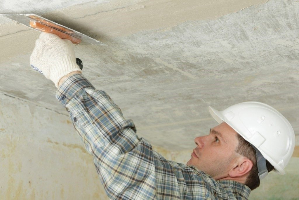 Нанесение шпаклевки считается классическим методом отделки потолков