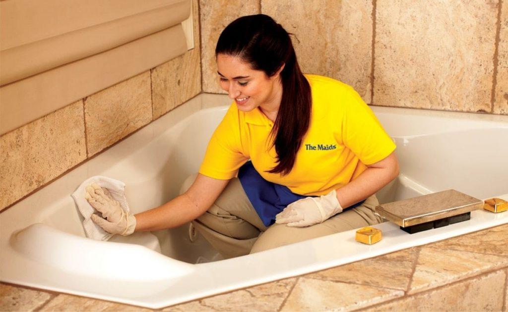 Чугунную ванну чистят любыми химическими средствами